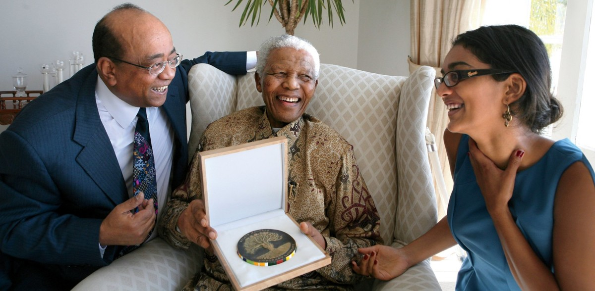 Hadeel and her father, the philanthropist Mo Ibrahim, present Nelson Mandela with an honorary Ibrahim Prize for Achievement in African Leadership in 2007.